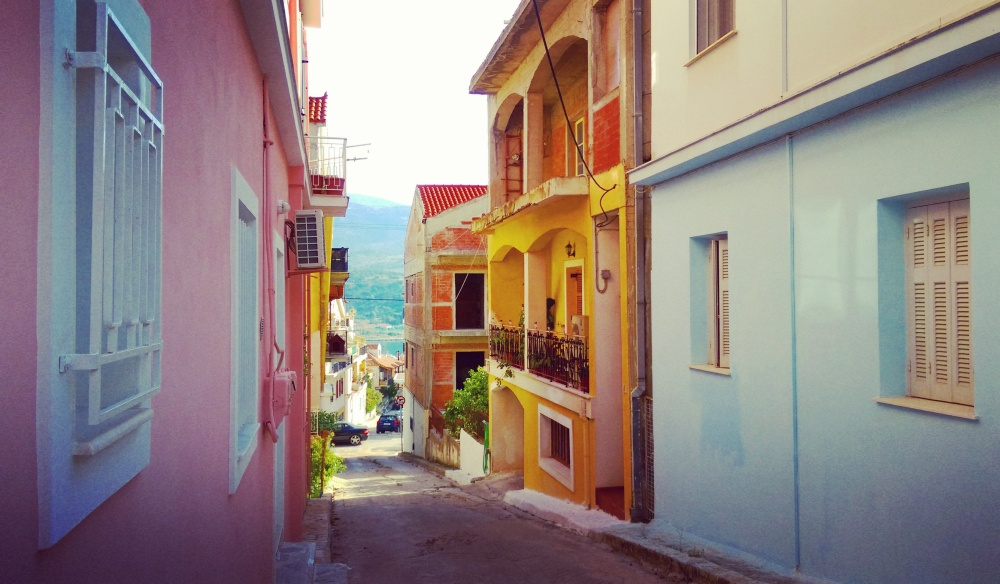 argostoli-narrow-streets-in-greece