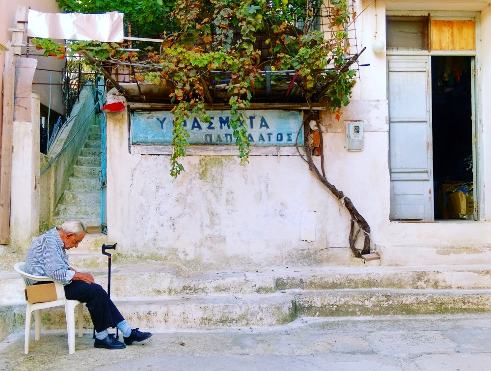 greek-islands-streets-mokita-dreams-old-man